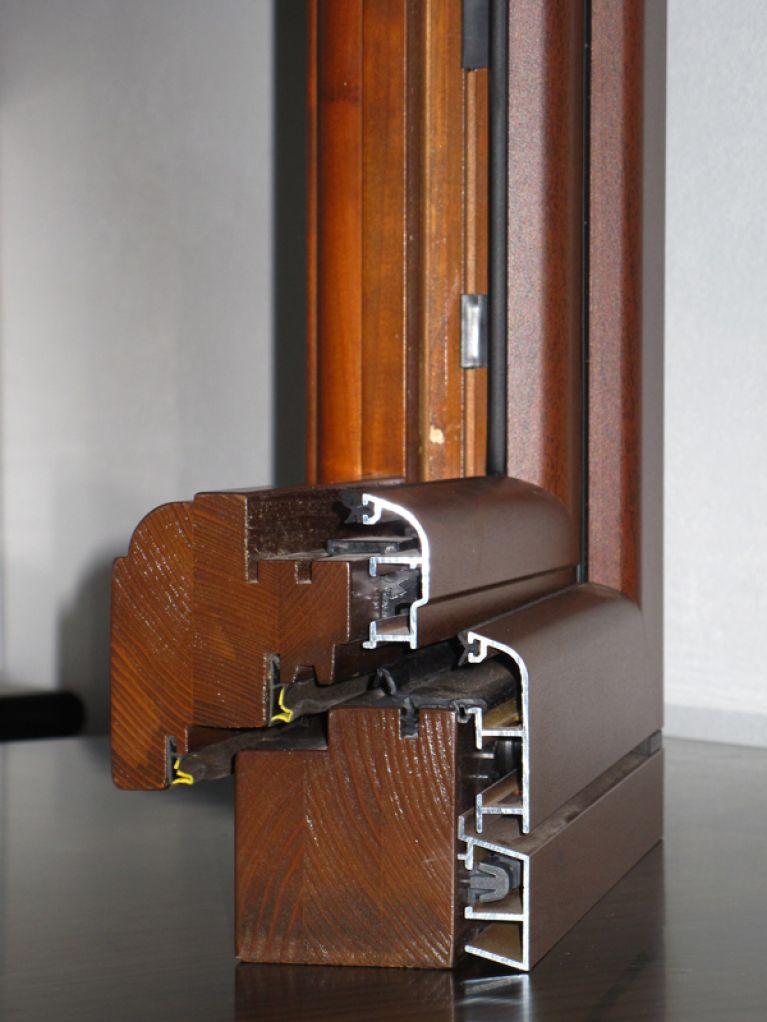 Sezione infisso legno-alluminio marrone scuro